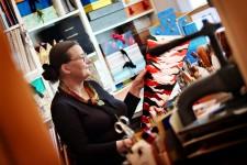 Gisela Reschke, Buntpapiererin in ihrer Werkstatt in Hamburg