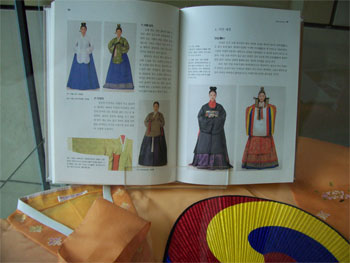 Kleidung in Asien und Afrika - Buchausstellung von Sofie Wirth