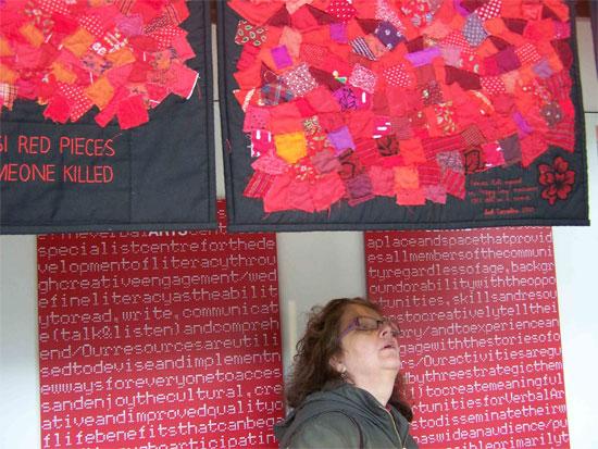 Ausstellungsbesucherin unter dem Werk 'Common loss'. Foto: Colin Peck
