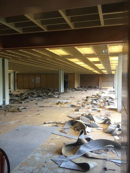 Der alte Teppich im Infozentrum wird abgetragen