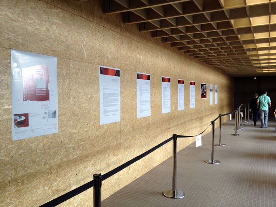 Staubschutzwand vor Baustelle Informationszentrum mit 9 Infotafeln