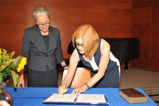 Gabriele Beger und Nancy Petschek-Kohn bei der Unterzeichnung der Rückgabepapiere