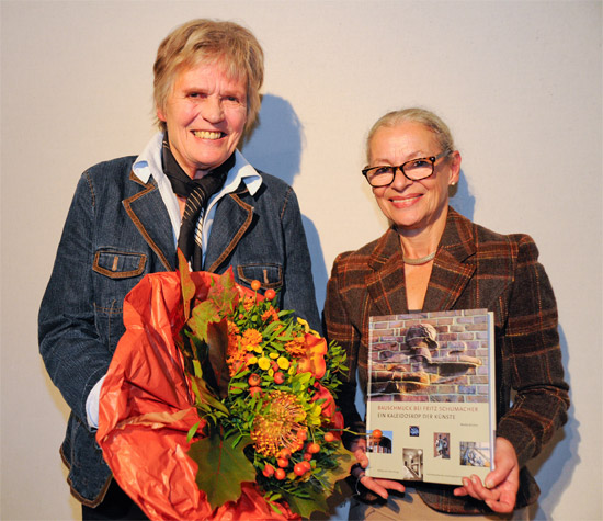 Preisträgerin Maike Bruhns (links) und Stabi-Direktorin Gabriele Beger (rechts)