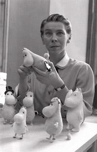Tove Jansson mit Muminfiguren (1956).