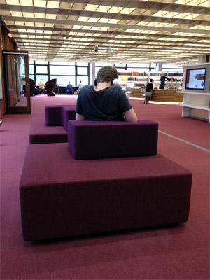 Musik-hörer im Informationszentrum der Stabi