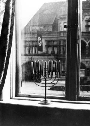 Blick aus der Wohnung der Rabbinerfamilie Posner im Sophienblatt 60 auf das Haus der Kieler NSDAP‐Kreisleitung, Dezember 1931 (Bildersammlung der Universität Flensburg)