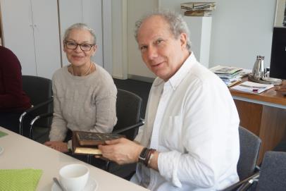 Direktorin Gabriele Beger übergab die Bücher an den Großneffen Alan Dublon
