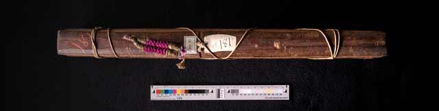 Abb. 3 Palmblatthandschrift 35.3181 mit Holzdeckel und buntem Zierknopf