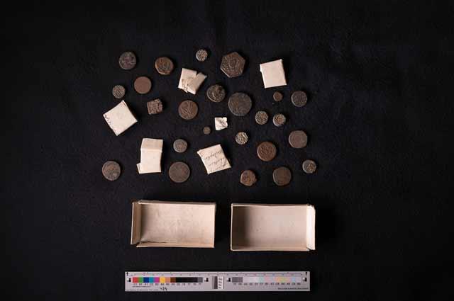 Abb. 4 Münzfund unter den Palmblatthandschriften
