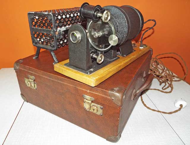 'Filmdienst'-Projektor auf Koffer mit Trafo: um 1923