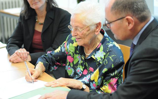 Ingrid Mertens bei der Unterschrift des Schenkungsvertrages